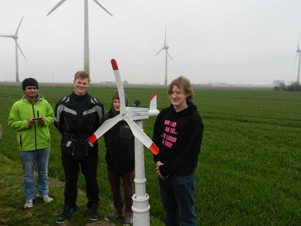 Schüler übergeben der Stifttung ein selbstgebautes Modell eines Windrades